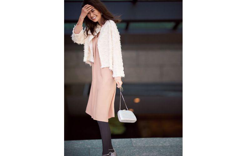 【6】白のジャケット×ピンクベージュのワンピース