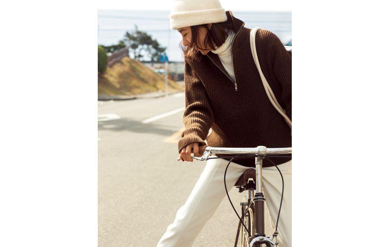 【2】ブラウンのニット×白パンツ×白ニット帽
