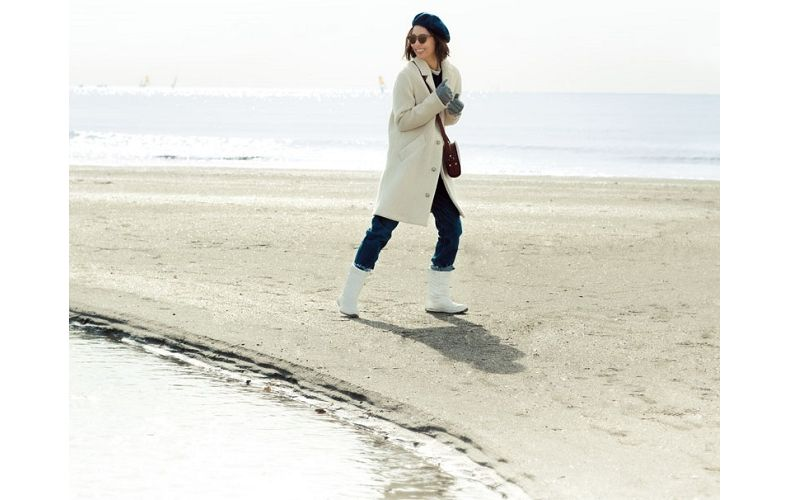 【1】白コート×デニムパンツ×ベレー帽