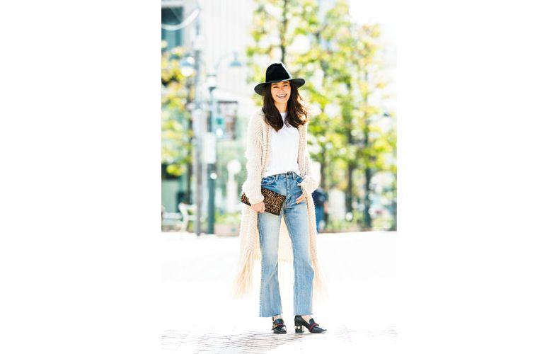 【5】ベージュカーディガン×白Tシャツ×ジーンズ×カジュアルな革靴