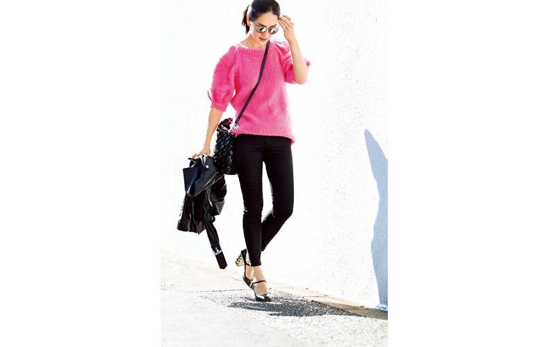 【5】ピンクのニット×黒パンツ×黒ジャケット
