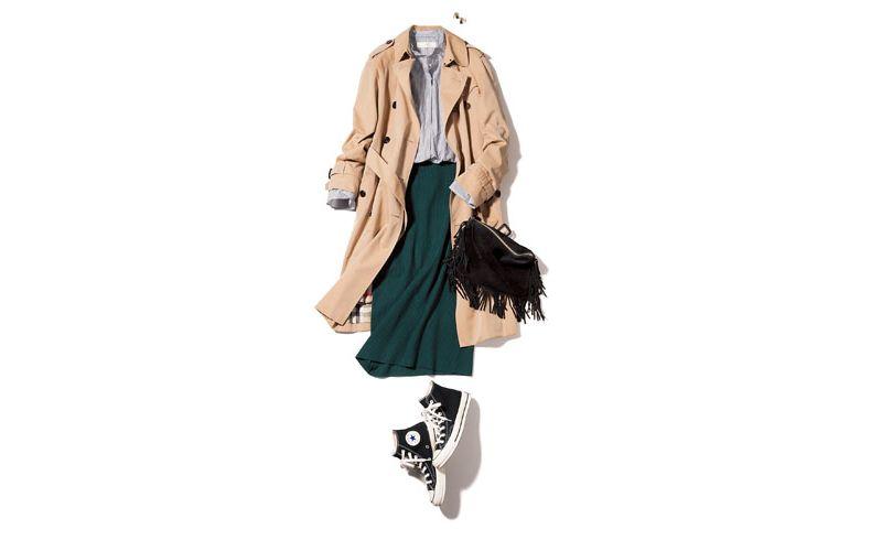 トレンチコート×シャツ×緑ニットスカート×黒スニーカー