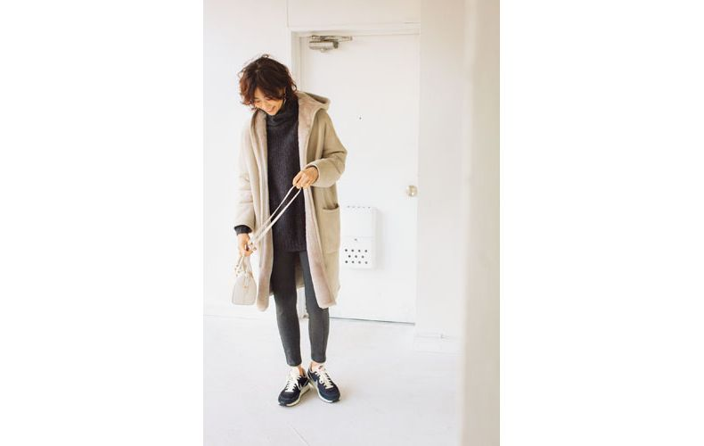 【3】ベージュのコート×スキニーパンツ×タートルニット