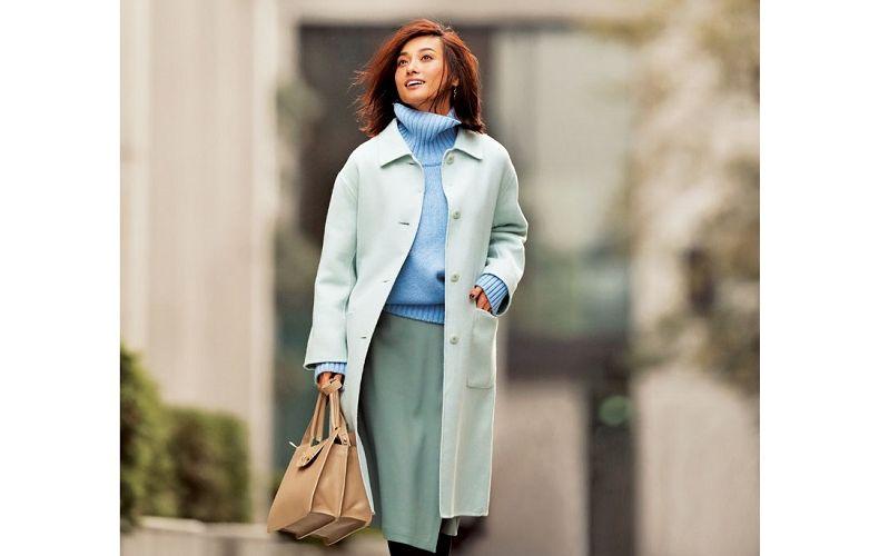 【3】コート×水色ニット×スカート×ジミーチュウのバッグ