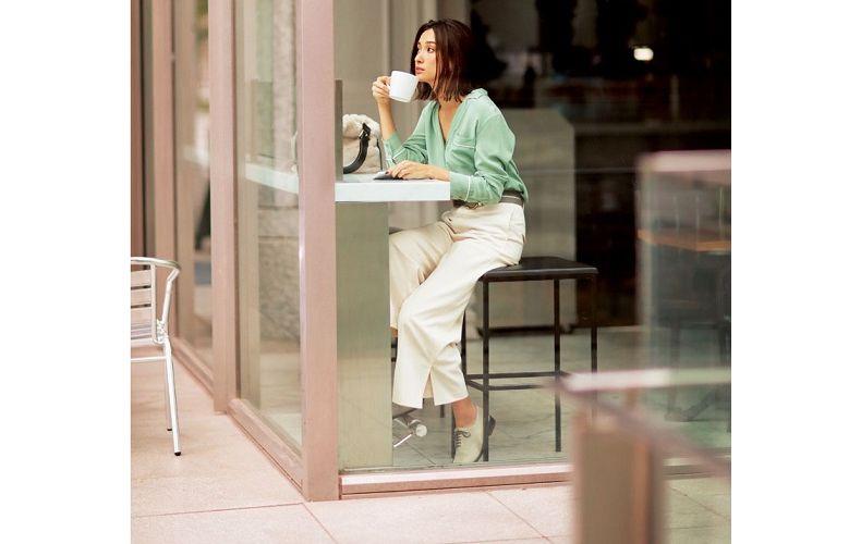 【2】ミントグリーンシャツ×白パンツ×カジュアルな革靴