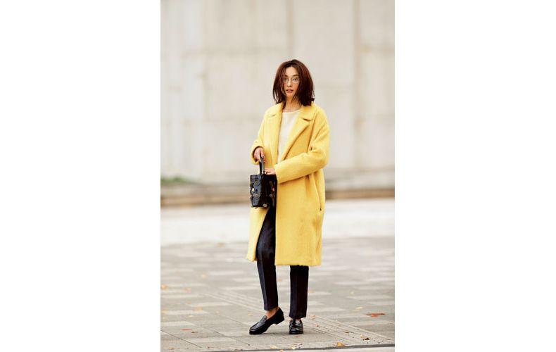 【4】黄色コート×白ニット×ジーンズ×カジュアルな革靴
