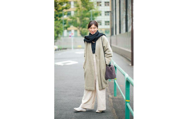 【5】ベージュコート×白ワイドパンツ×白スニーカー