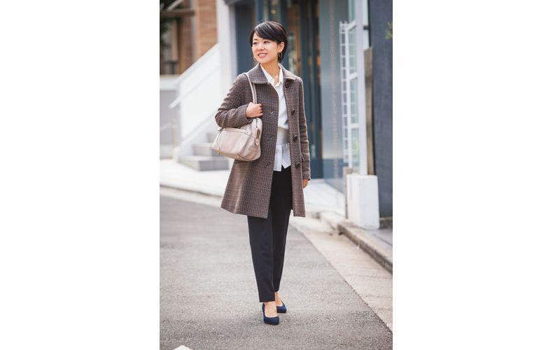 【3】白ブラウス×黒パンツ×チェック柄ステンカラーコート