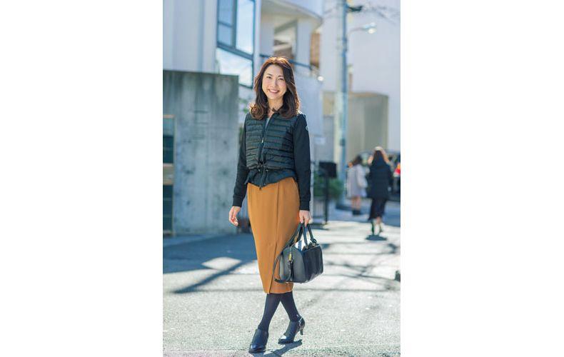 【3】キャメルタイトスカート×黒ダウンベスト