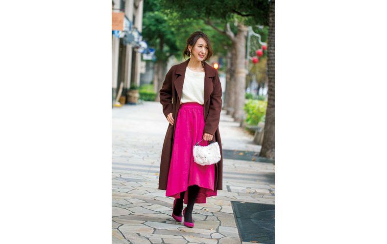 【4】白ニット×ビビットピンクのロングフレアスカート