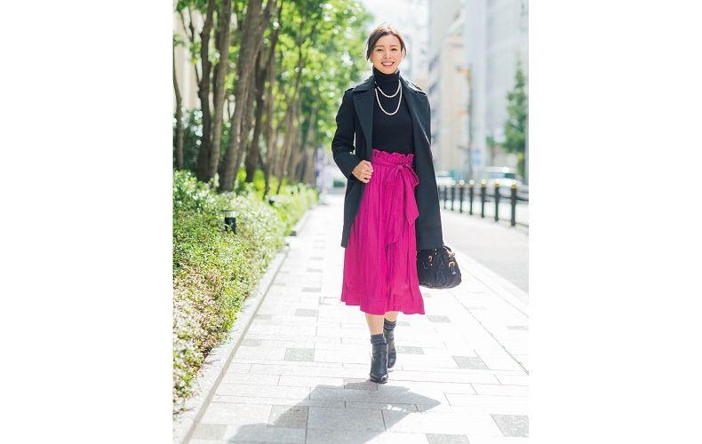 【3】ピンクプリーツスカート×黒チェスターコート×黒タートルネックニット