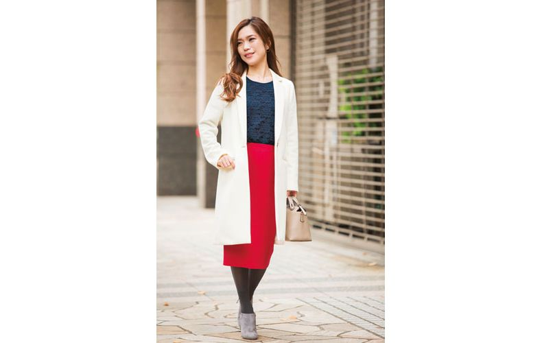 【3】赤タイトスカート×白のチェスターコート