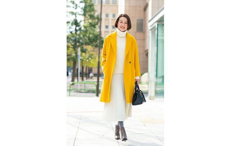 【4】イエローのコート×白プリーツスカート