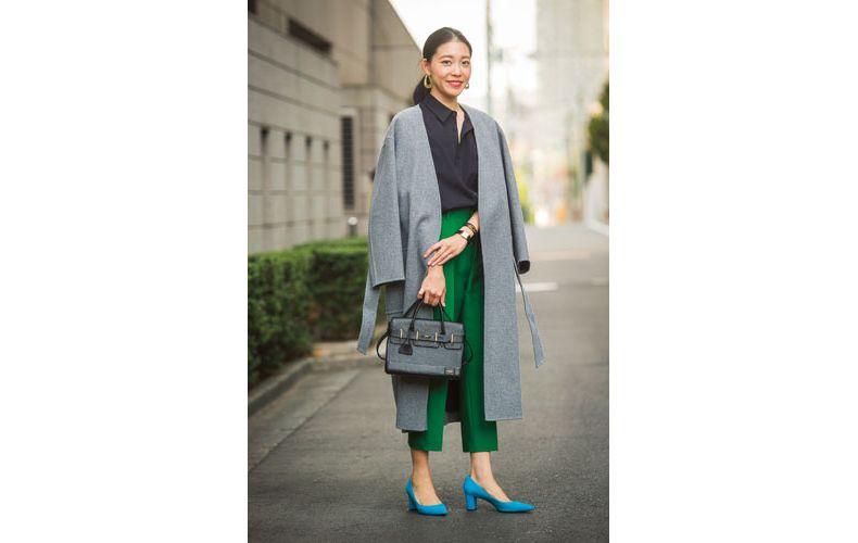 【1】グレーロングコート×グリーンパンツ×黒シャツ
