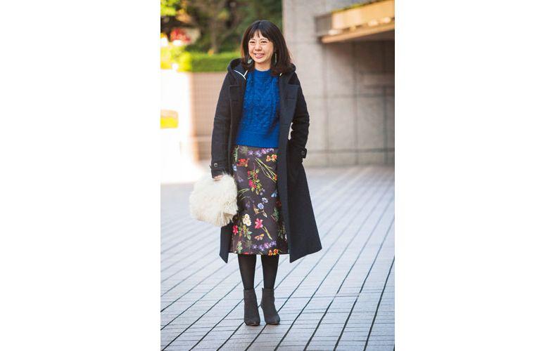 【2】黒コート×ブルーニット×花柄スカート