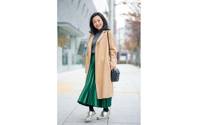 【3】ベージュコート×グレーニット×グリーンプリーツスカート