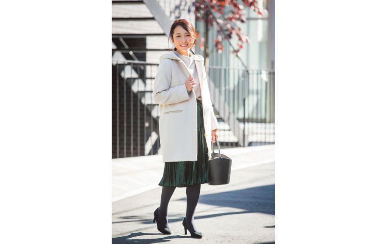 【4】白コート×白ニット×グリーンプリーツスカート