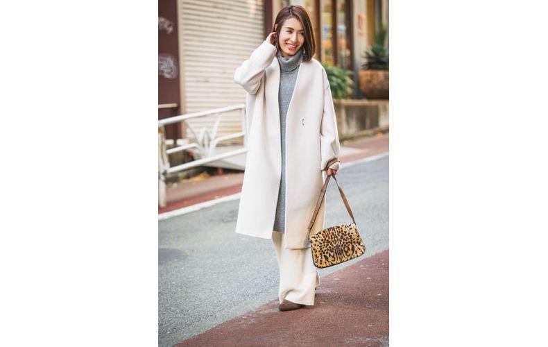 【4】白コート×白ワイドパンツ×ブラウンブーツ