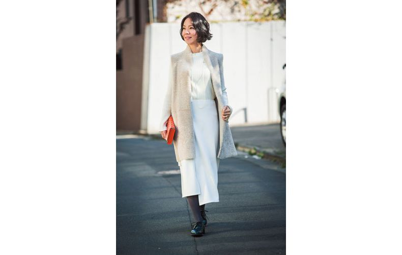 【5】白ニット×白スカートの大人コーデ