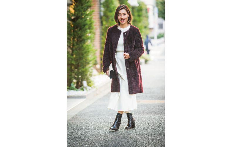 【6】ボルドーのコート×白ロングスカート