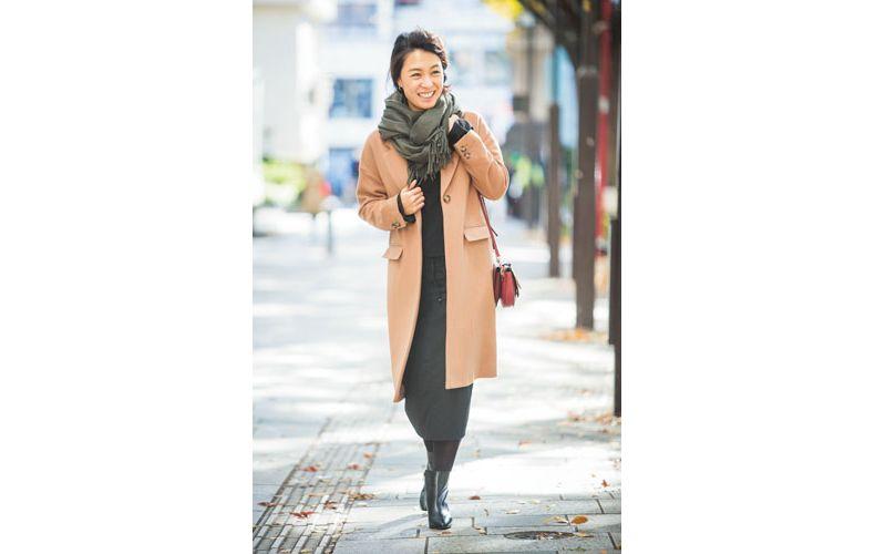 【2】ベージュのコート×ロング丈の黒スカート