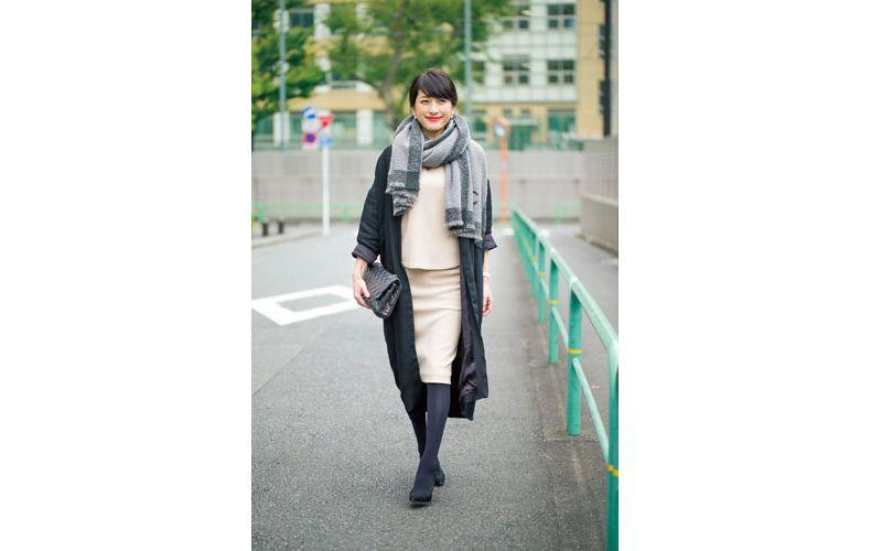 【5】ベージュニット×黒コート×ベージュタイトスカート