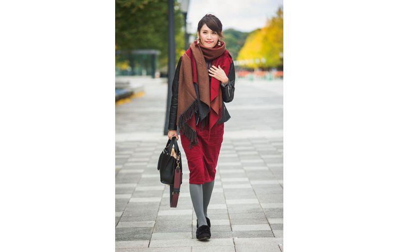 【3】赤のミモレ丈スカート×ユニクロのジャケット