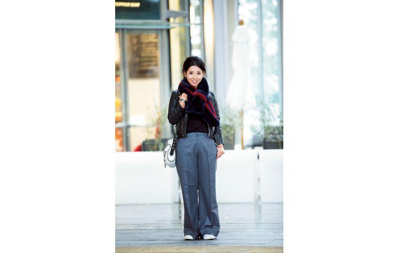 【6】グレーのワイドパンツ×黒のレザージャケット