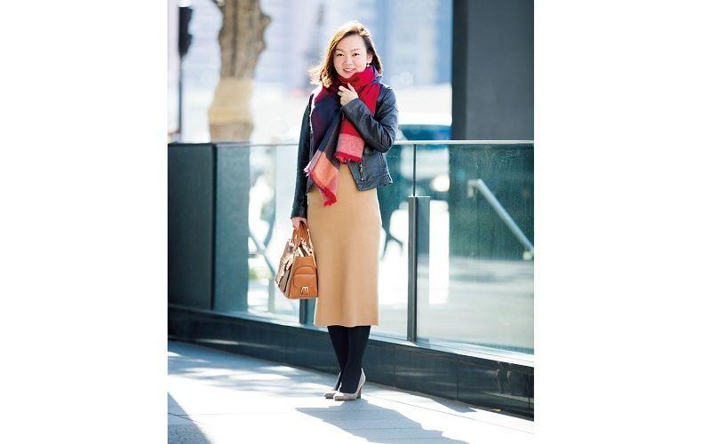 【4】チェック柄ストール×黒ジャケット×ベージュタイトスカート