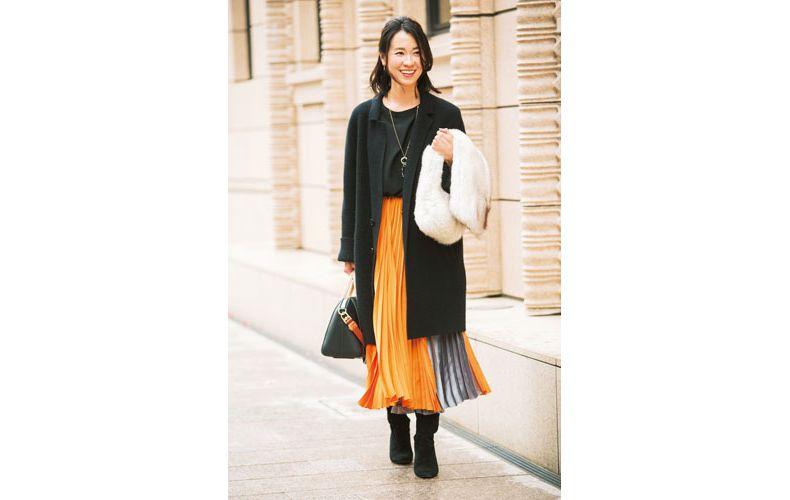 【3】黒ブラウス×オレンジプリーツスカート×黒ステンカラーコート