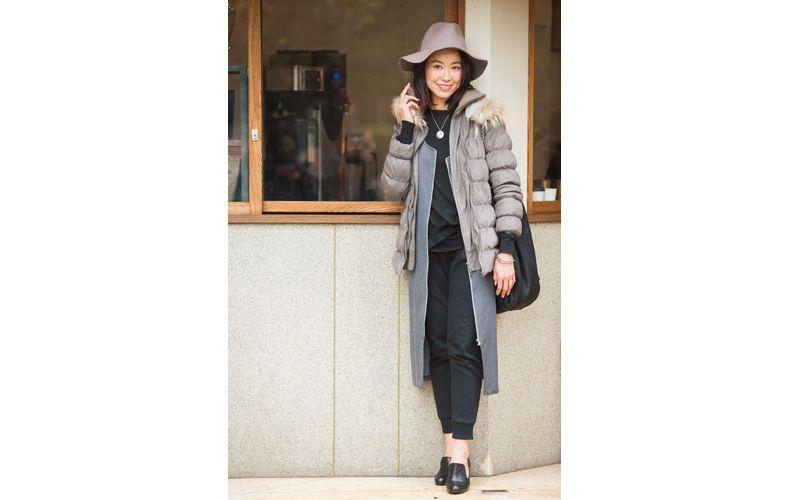 【2】グレーロングジャケット×黒パンツ×グレーダウンジャケット