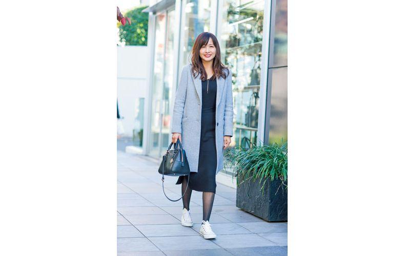 【4】白スニーカー×黒タイトスカート