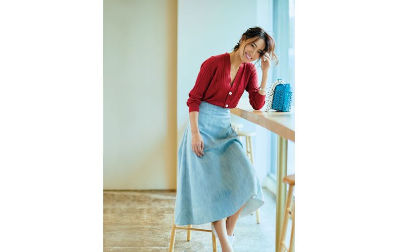 【1】赤カーディガン×水色フレアロングスカート