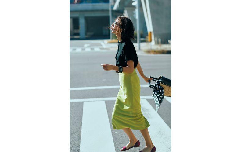 【2】黒プルオーバー×イエローのタイトスカート