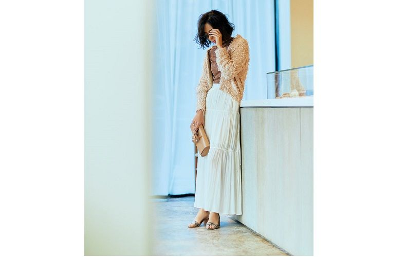 【7】ベージュのカーディガン×白のロングスカート