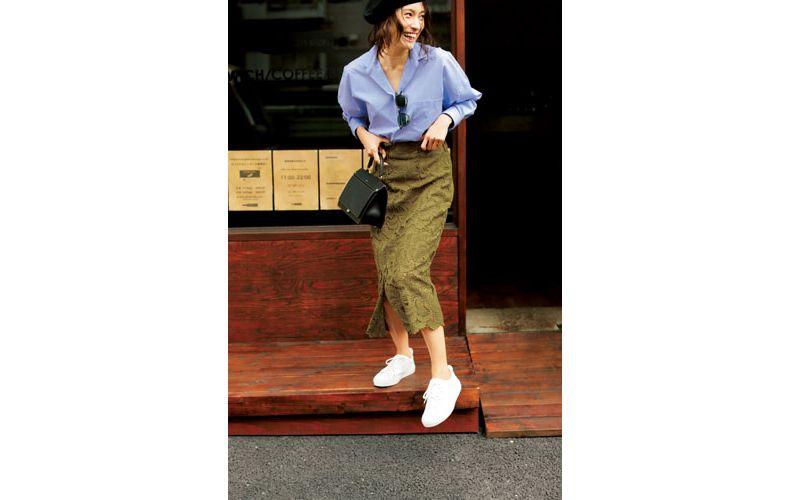 【3】ブルーシャツ×レースのカーキタイトスカート