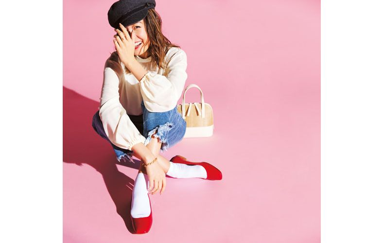 【1】赤のフラット靴×白のブラウス×デニムパンツ