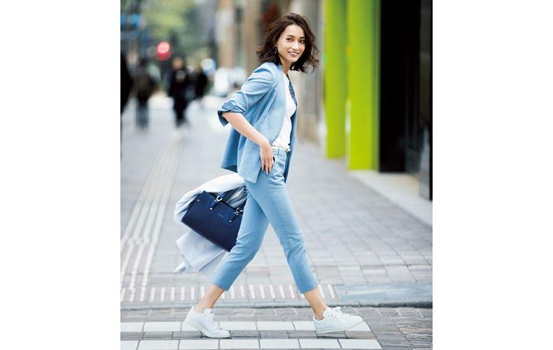 【1】水色ジャケット×水色パンツ×白ニット×アディダスの白スニーカー