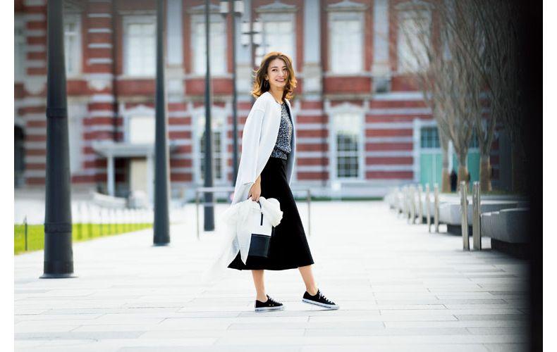 【2】白コート×ニット×黒フレアスカート×黒スニーカー