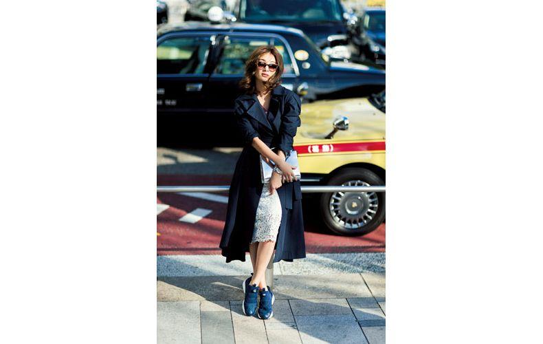 【6】スニーカー×レースタイトスカート×黒のコート