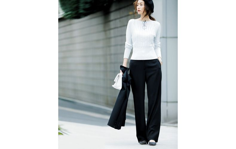 【5】ジャケット×黒パンツ×ユニクロの白ニット