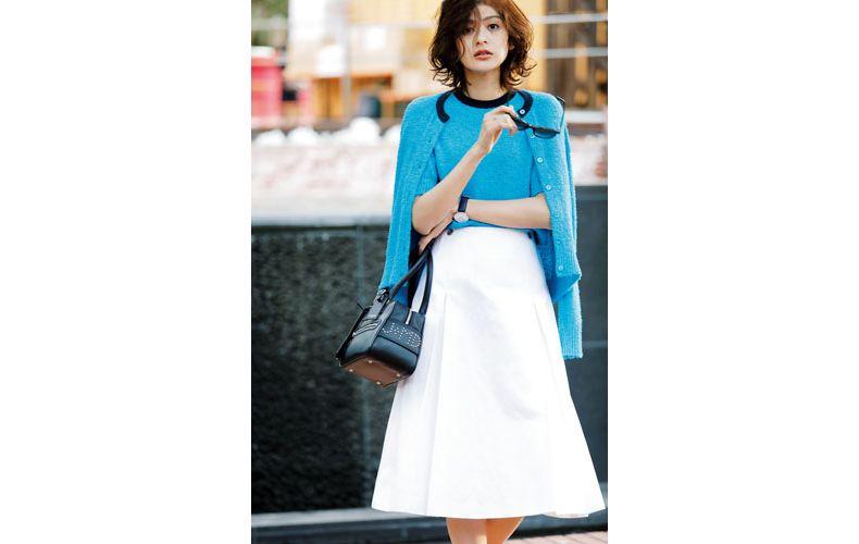 【10】ブルーのアンサンブルニット×白のスカート