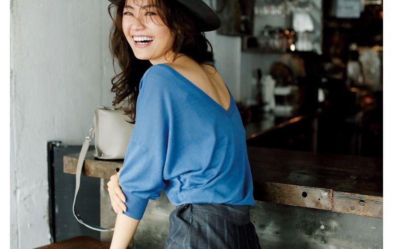 【4】ブルーの背中見せニット×グレーのスカート