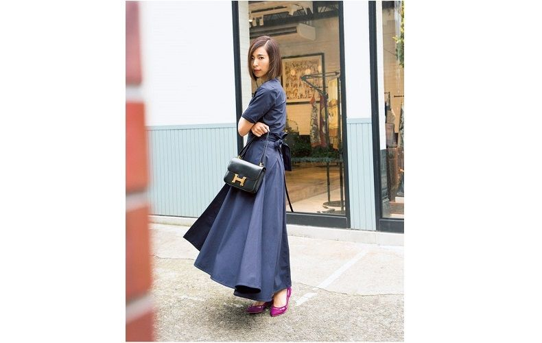 【1】ピンクパンプス×フレアのロングスカート