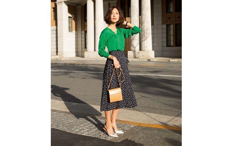 【1】グリーンニット×ドット黒スカート