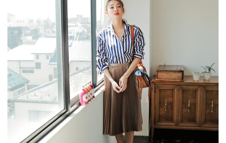 【6】ストライプシャツ×ベージュプリーツスカート