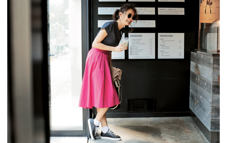 【2】グレーTシャツ×ピンクスカート×黒スニーカー