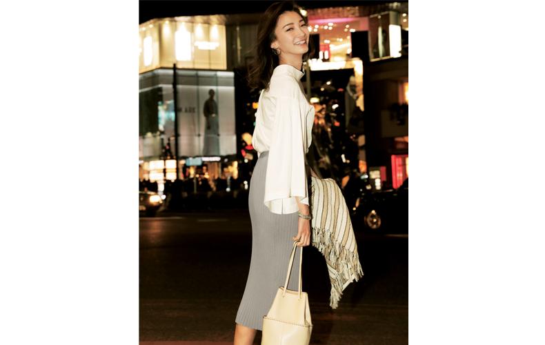 【2】白ブラウス×グレータイトスカート