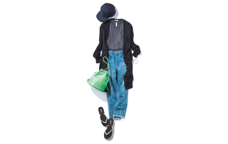 【3】グレーTシャツ×黒ロングカーディガン×青デニムパンツ
