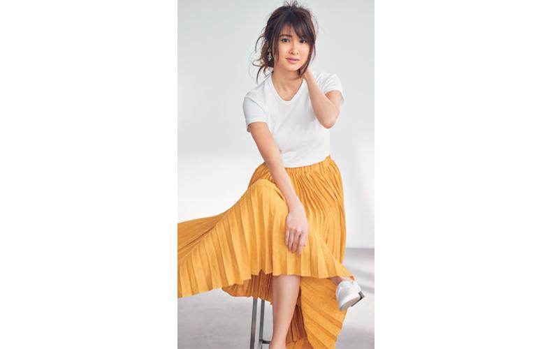 【1】白Tシャツ×山吹色ロングプリーツスカート